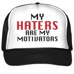 gorra negra tipo camionero my haters are my motivators